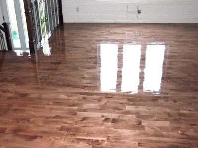 Regarder le plancher de bois franc aprè un sablage et une teinture café au lait.