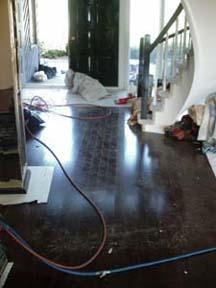 le plancher en bois franc maintenant installé autour de l'escalier.