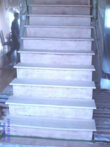 Les limons et les contre-marches des escaliers sont grattés à la main avec un grattoire et du décapant.