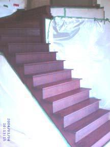Un escalier teint couleur acajou.