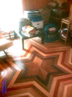 un plancher de bois franc en forme d'étoile.