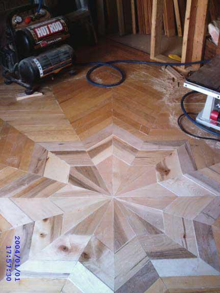 un autre plancher de bois franc en forme d'étoile à huit branches.