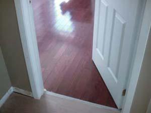 Regardez le plancher avec une teinture rouge et une finition à l'eau.