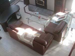 plancher de pré-vernis avec teinture blanche et une bordure acajou.