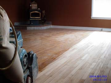 """Regarder le sablage de plancher de bois franc avec une sableuse 8"""" à bande de finition 220 volts pour une finition professionnelle."""