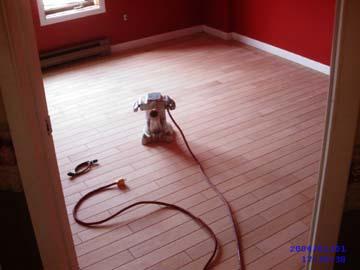 Regarder le sablage de plancher avec une sableuse à contours pour une finition professionnelle.