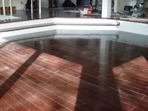 le plancher installé dans le salon.
