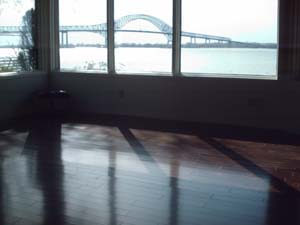 Vue du salon en bois franc avec pont de trois rivieres