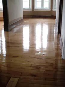 Entretenir le plancher en ajoutant une couche de finition est une bonne chose à faire. Le lustre du plancher reste beau plus longemps, on évite ainsi de se rendre au bois et d'avoir à faire un sablage en profondeur.